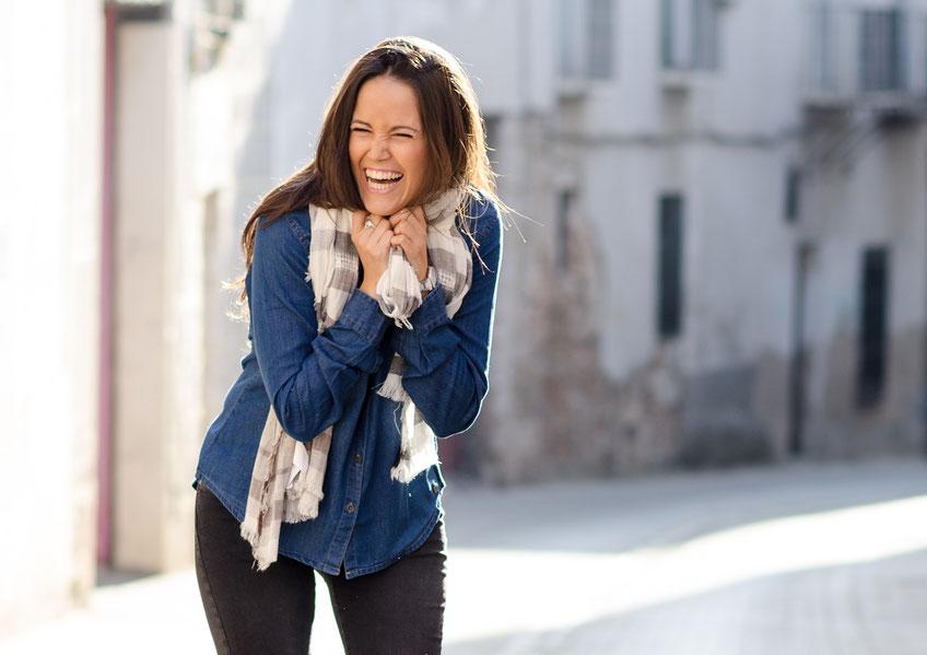 Bild einer Frau, die herzlich lacht