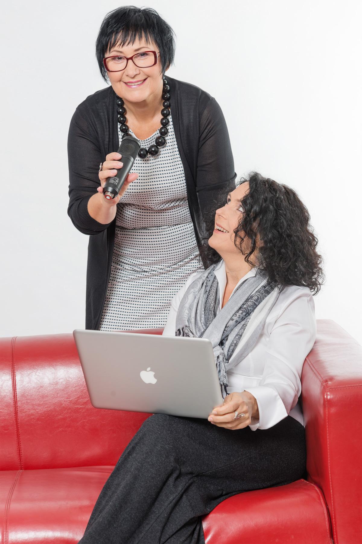 Marie und Ruth am Mikrofon